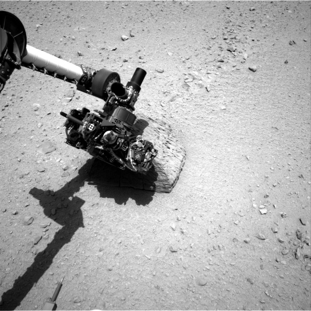 Первый контакт руки марсохода с марсианским камнем