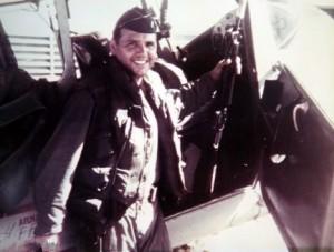 Милтон Торрес в 1950-е годы на фоне истребителя.