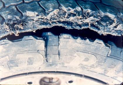 Лопнувшая шина вблизи
